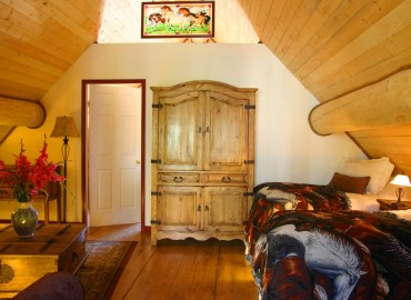 'The Cariboo' Barn Loft Suite at Siwash Lake - living room & 2 single beds